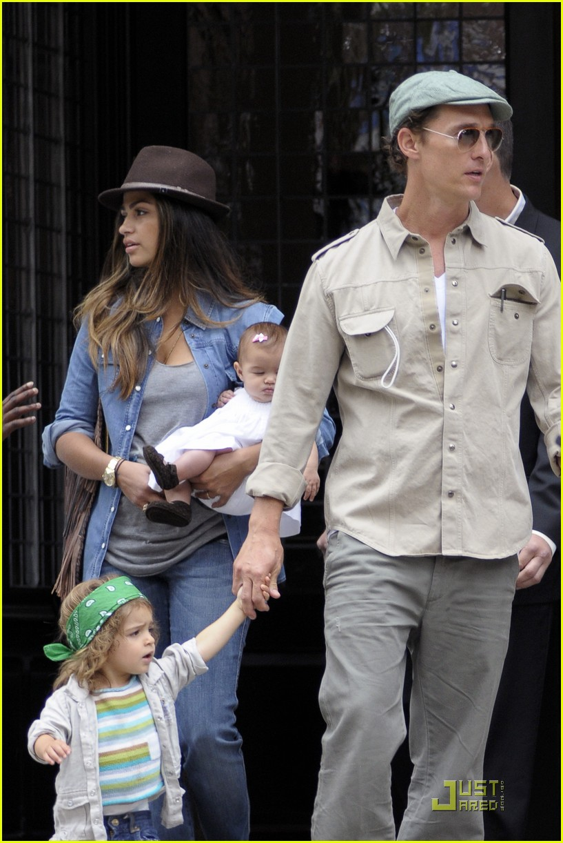 mcconaughey family leaving nyc 14