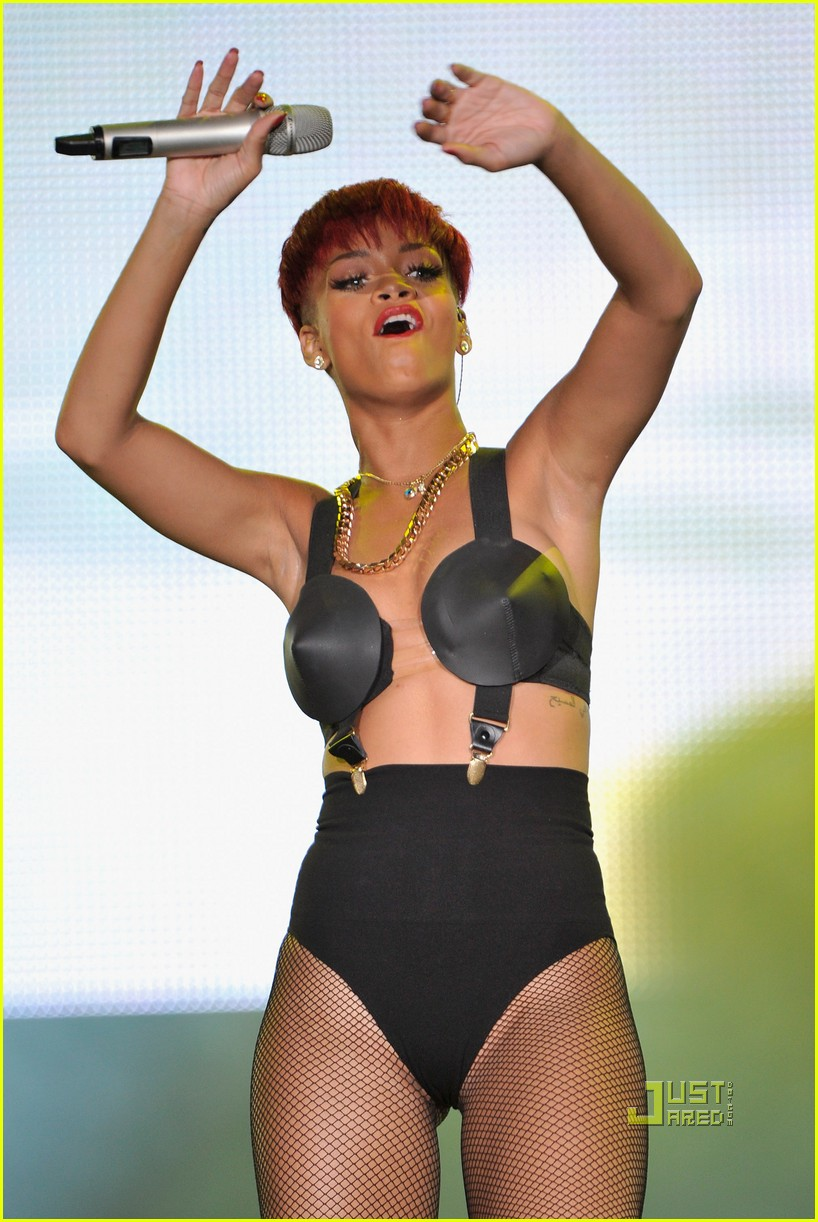 rihanna red hair 20