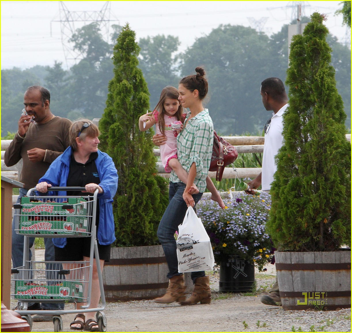 katie holmes suri cruise strawberry picking 01