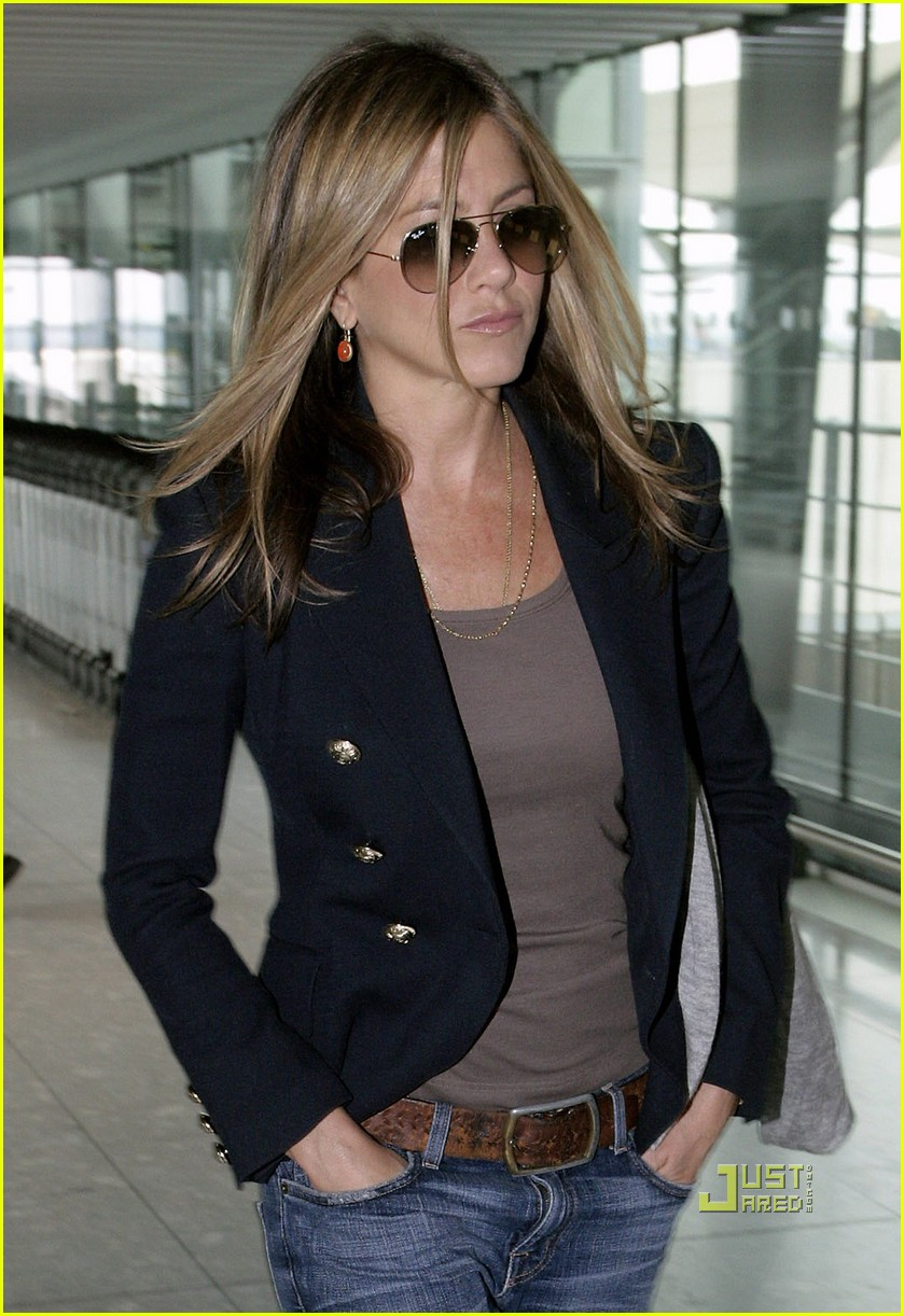jennifer aniston heathrow airport blazer 01