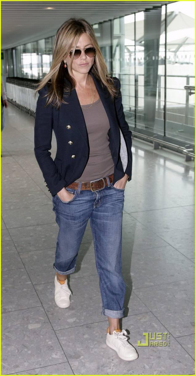 jennifer aniston heathrow airport blazer 04