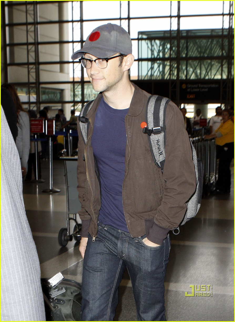 joseph gordon levitt flight at lax 06