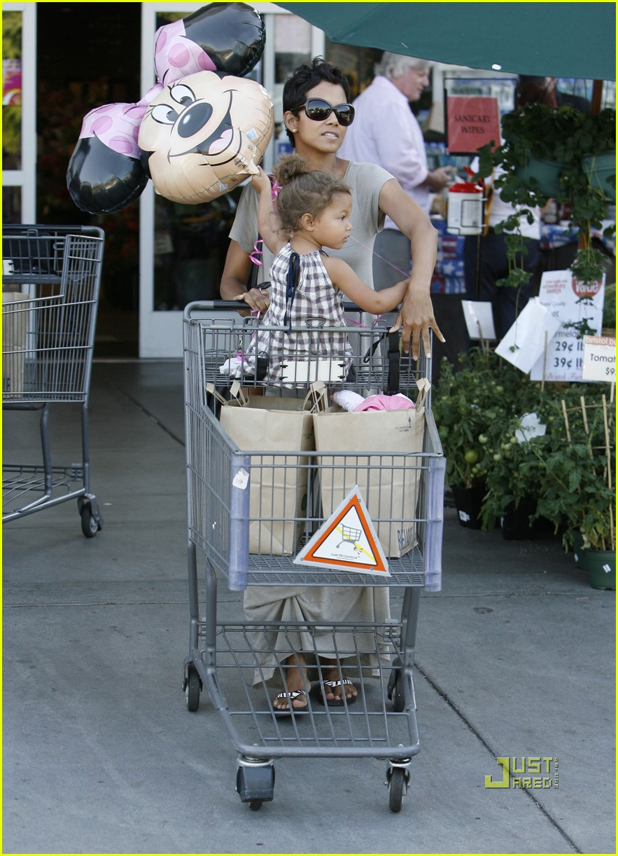 halle berry nahla grocery story minnie mouse balloon 01