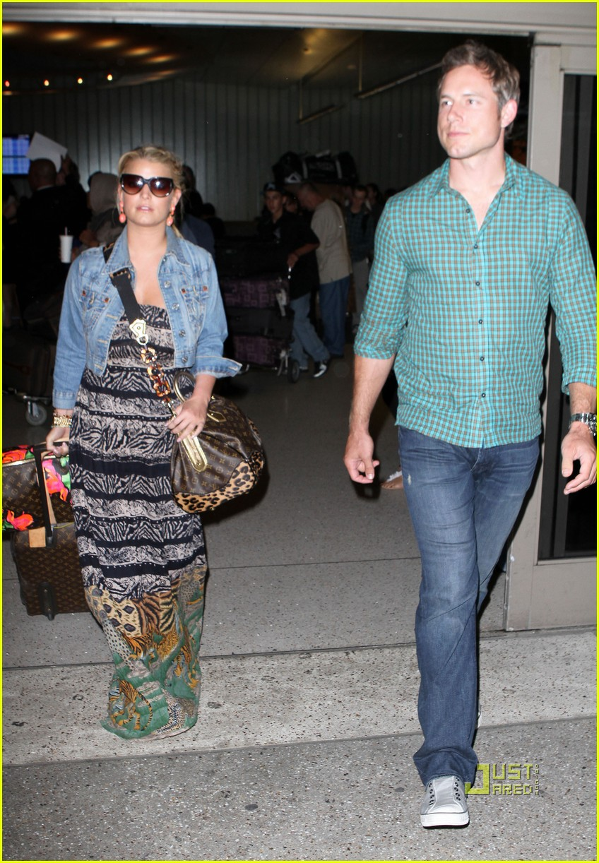 jessica simpson eric johnson home from italy 04