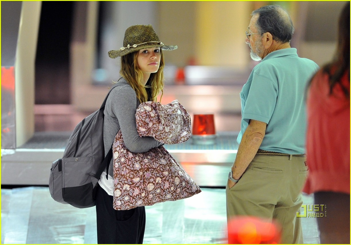 rachel bilson lax airport grandpa bruce pillow 01