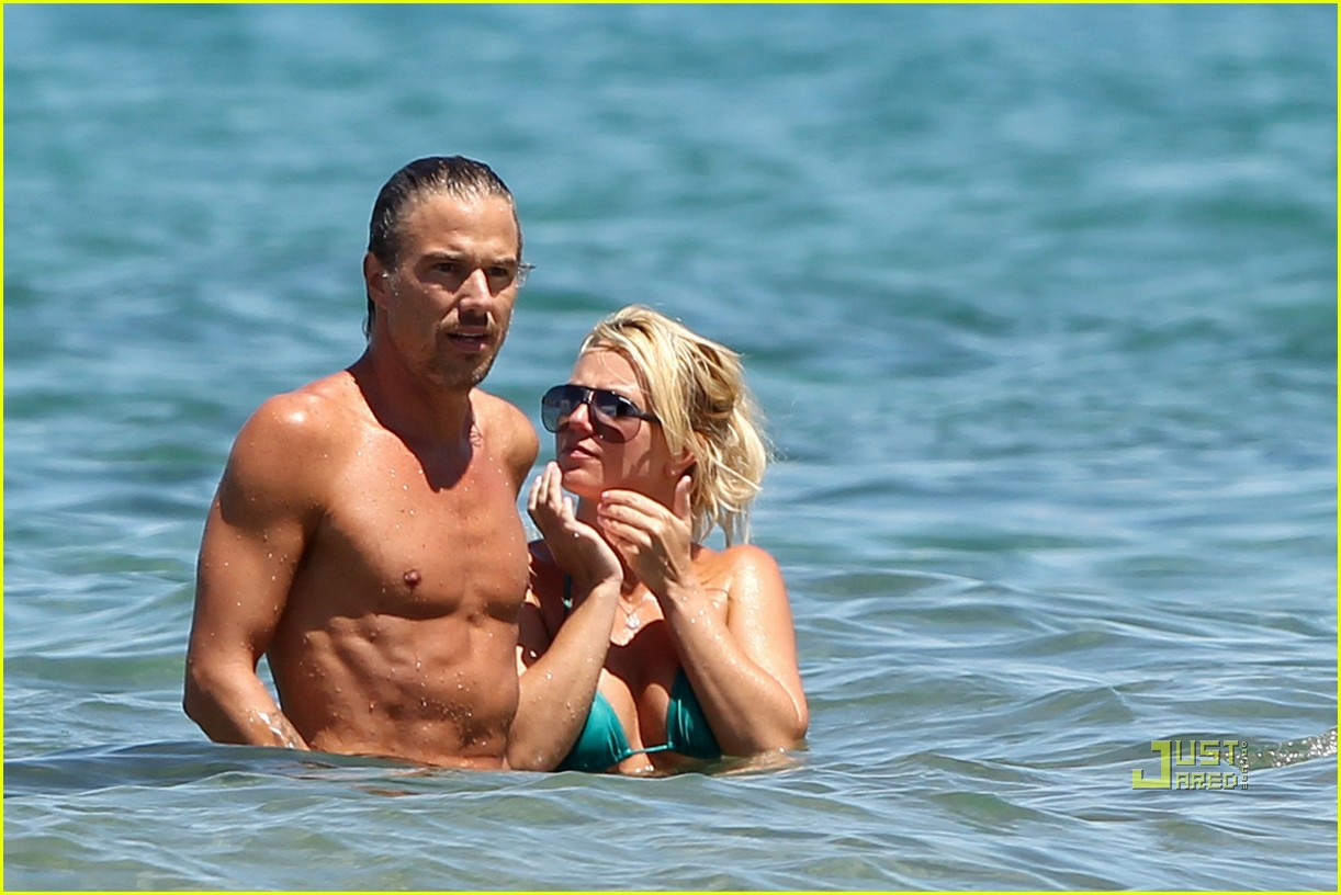 britney spears bright green bikini maui jason trawick kiss 07