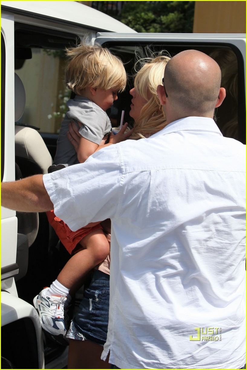 britney spears burgers with her boys 22