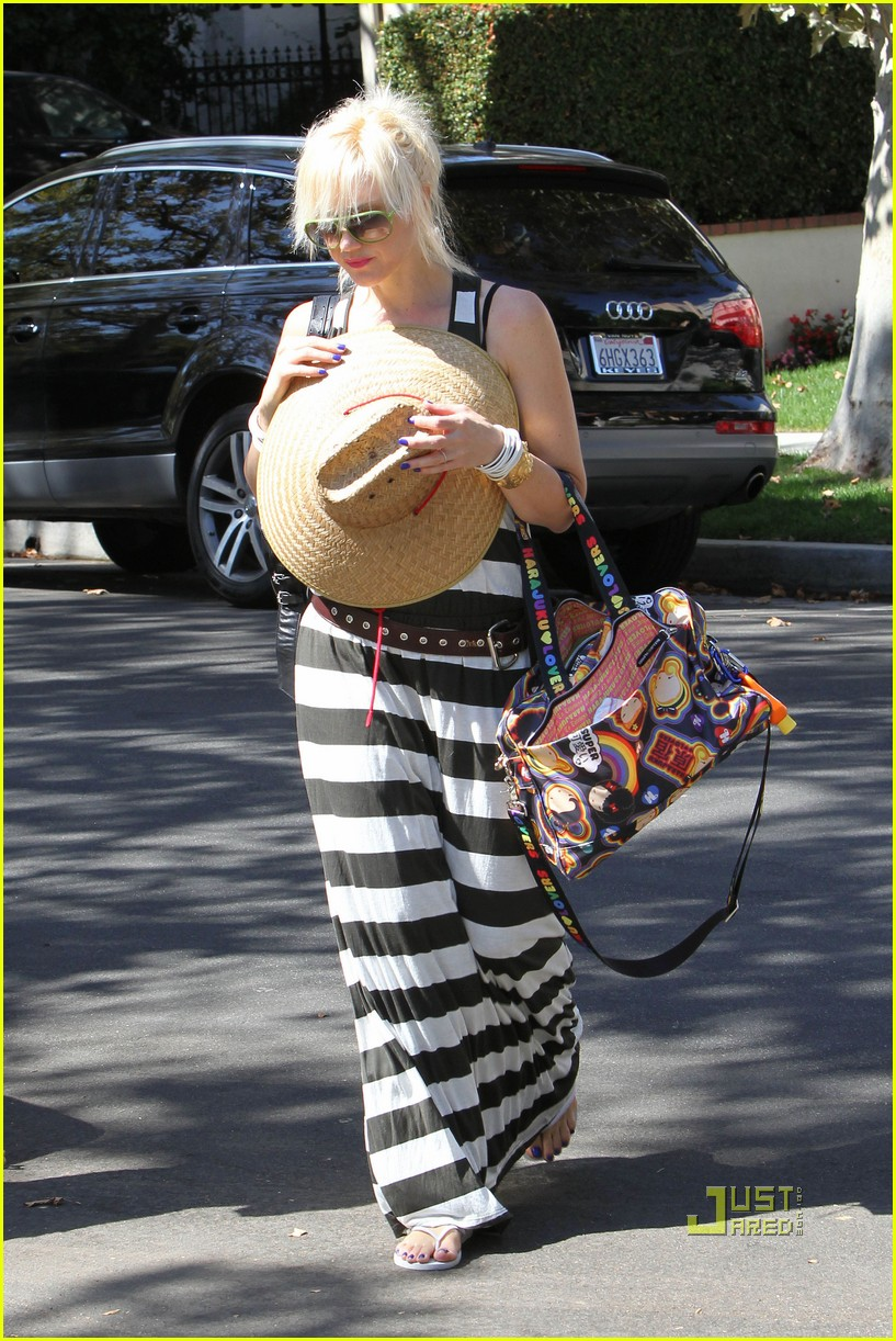 gwen stefani kingston zuma grandmas house 01