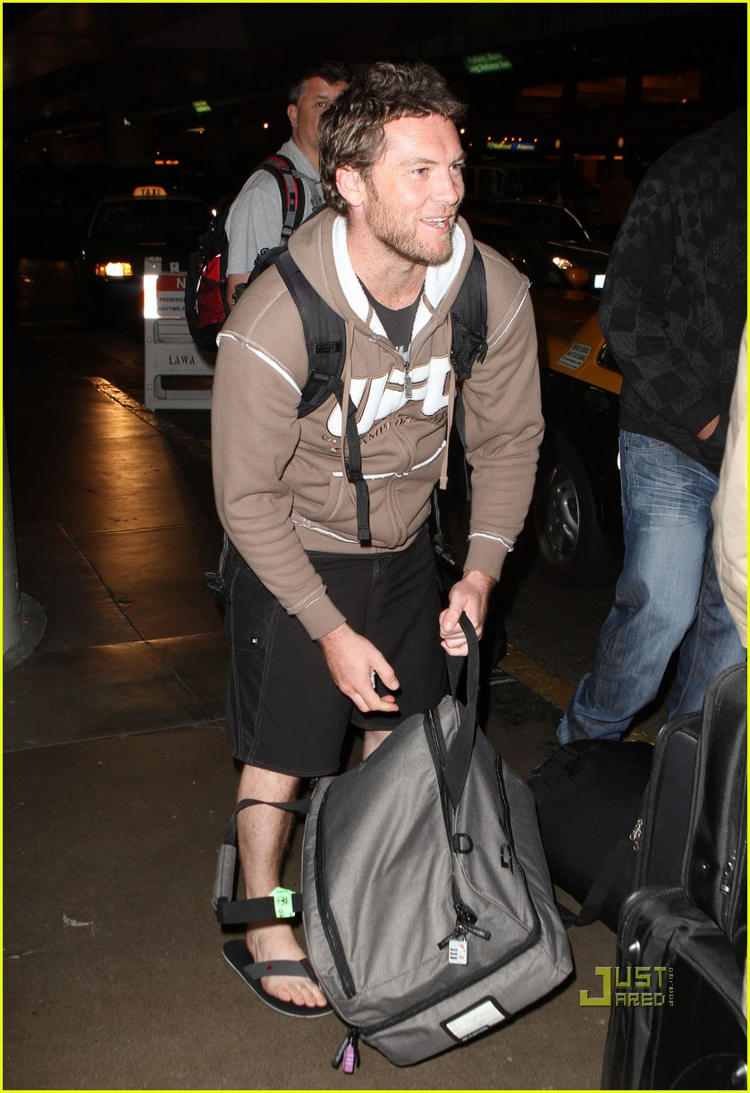 sam worthington lax airport ufc sweatshirt 07