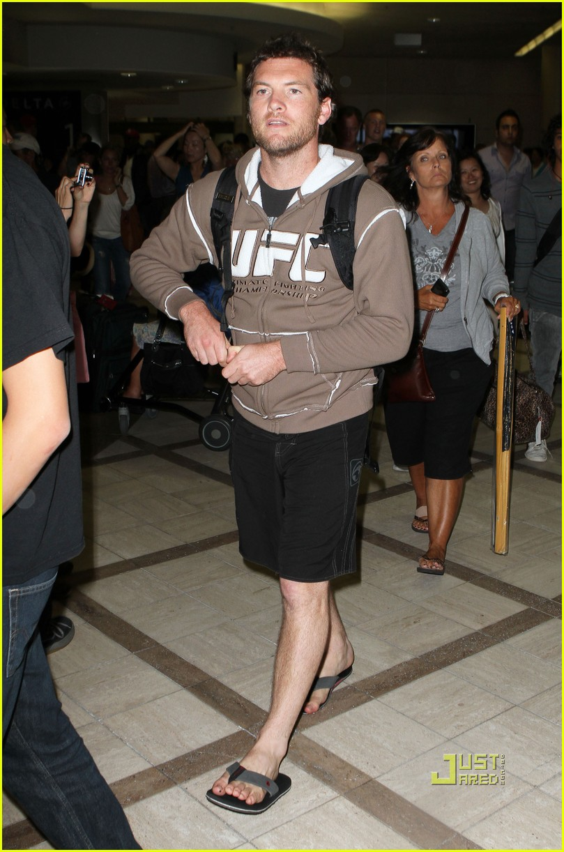 sam worthington lax airport ufc sweatshirt 102473488