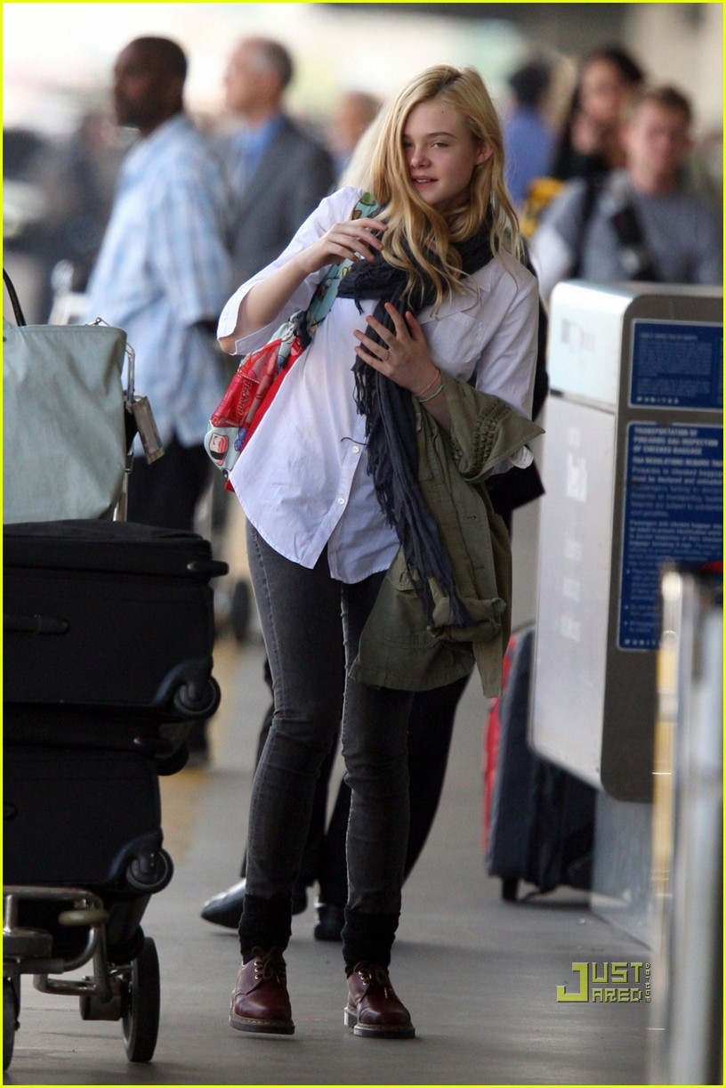elle fanning sleepy lax 01