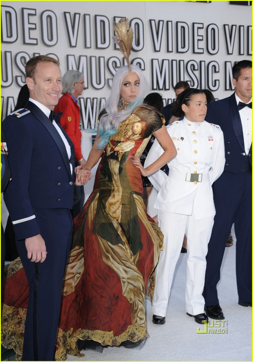 lady gaga vmas 2010 red carpet 01