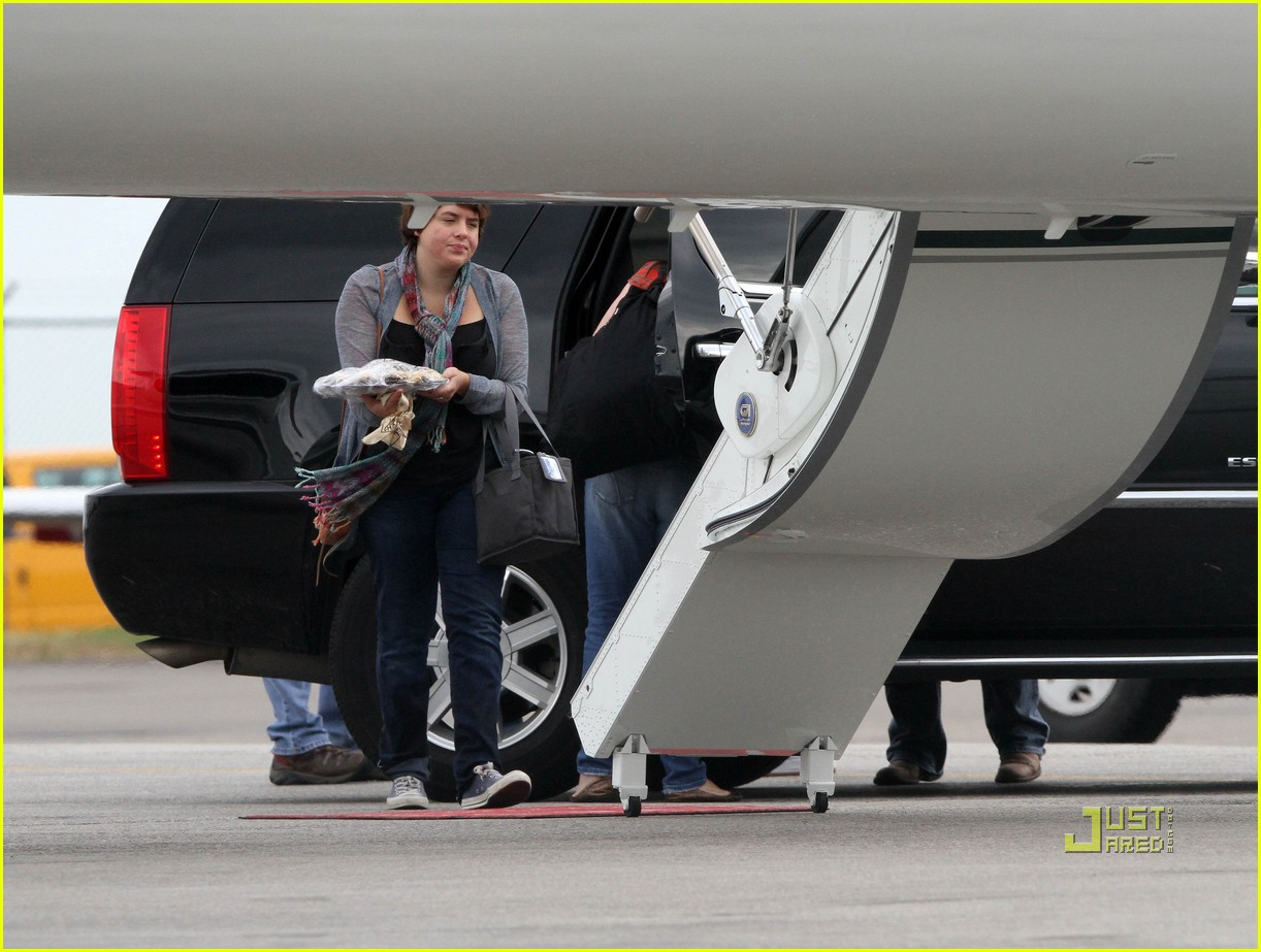 katie holmes private jet 02