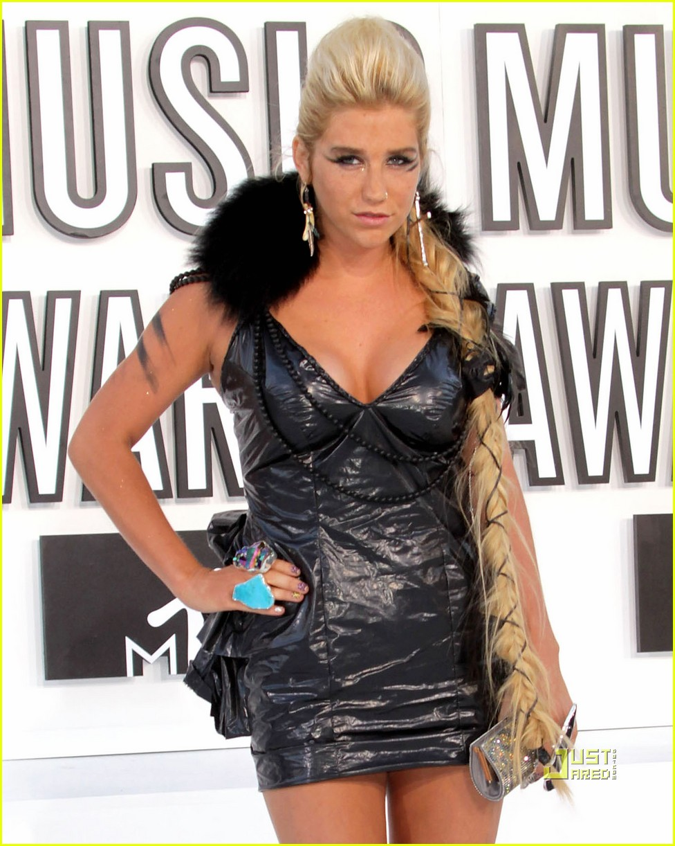 Ke$ha wears trash bag dress