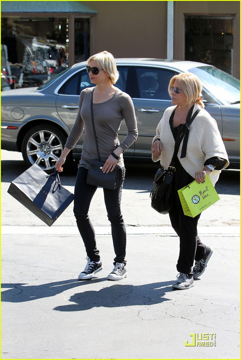 renee zellweger shops with bradley coopers mom 07