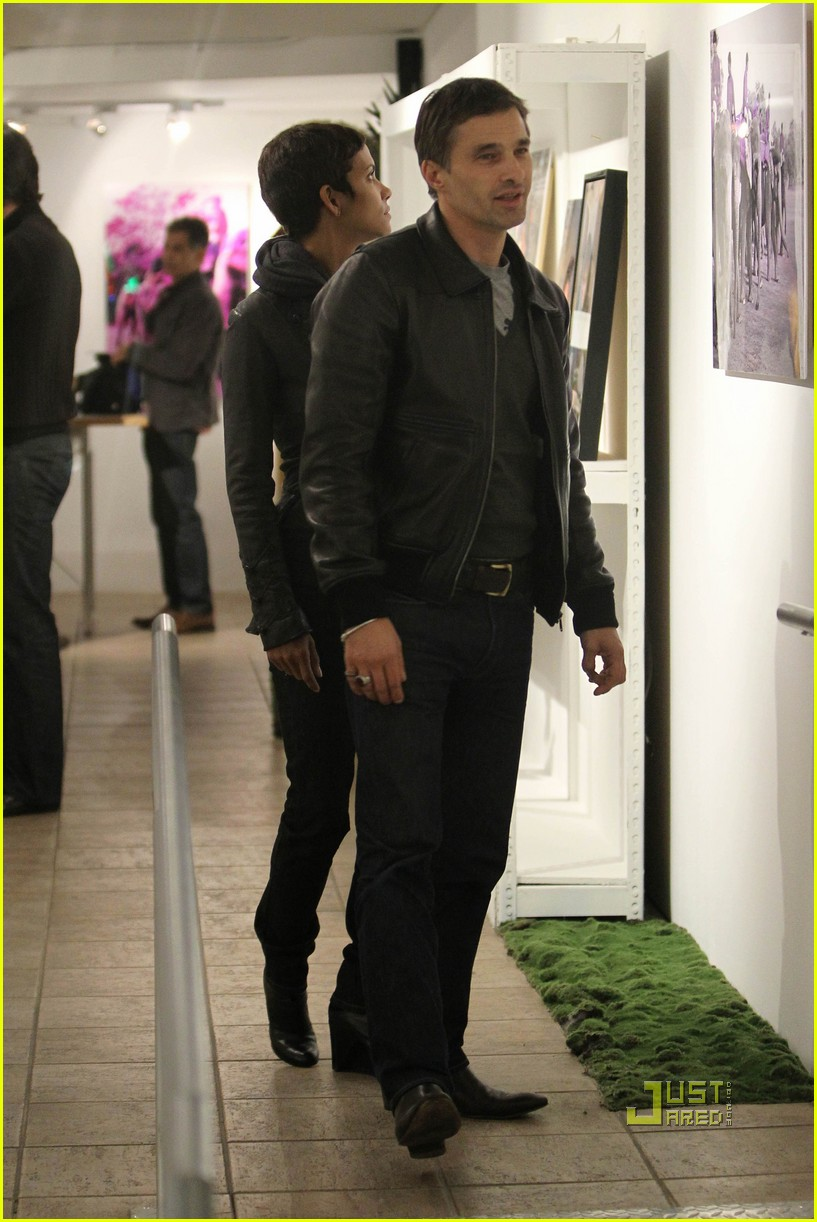 halle berry olivier martinez art gallery gazers 06