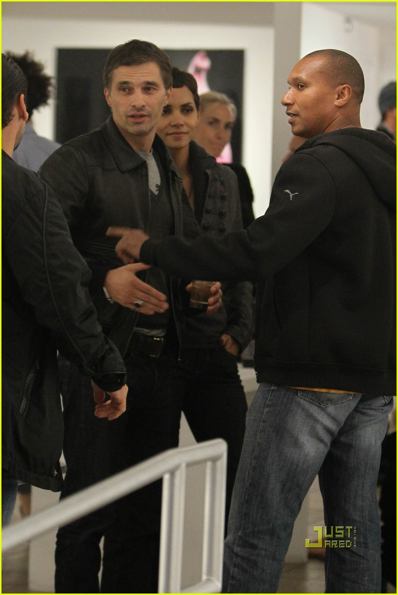 halle berry olivier martinez art gallery gazers 08