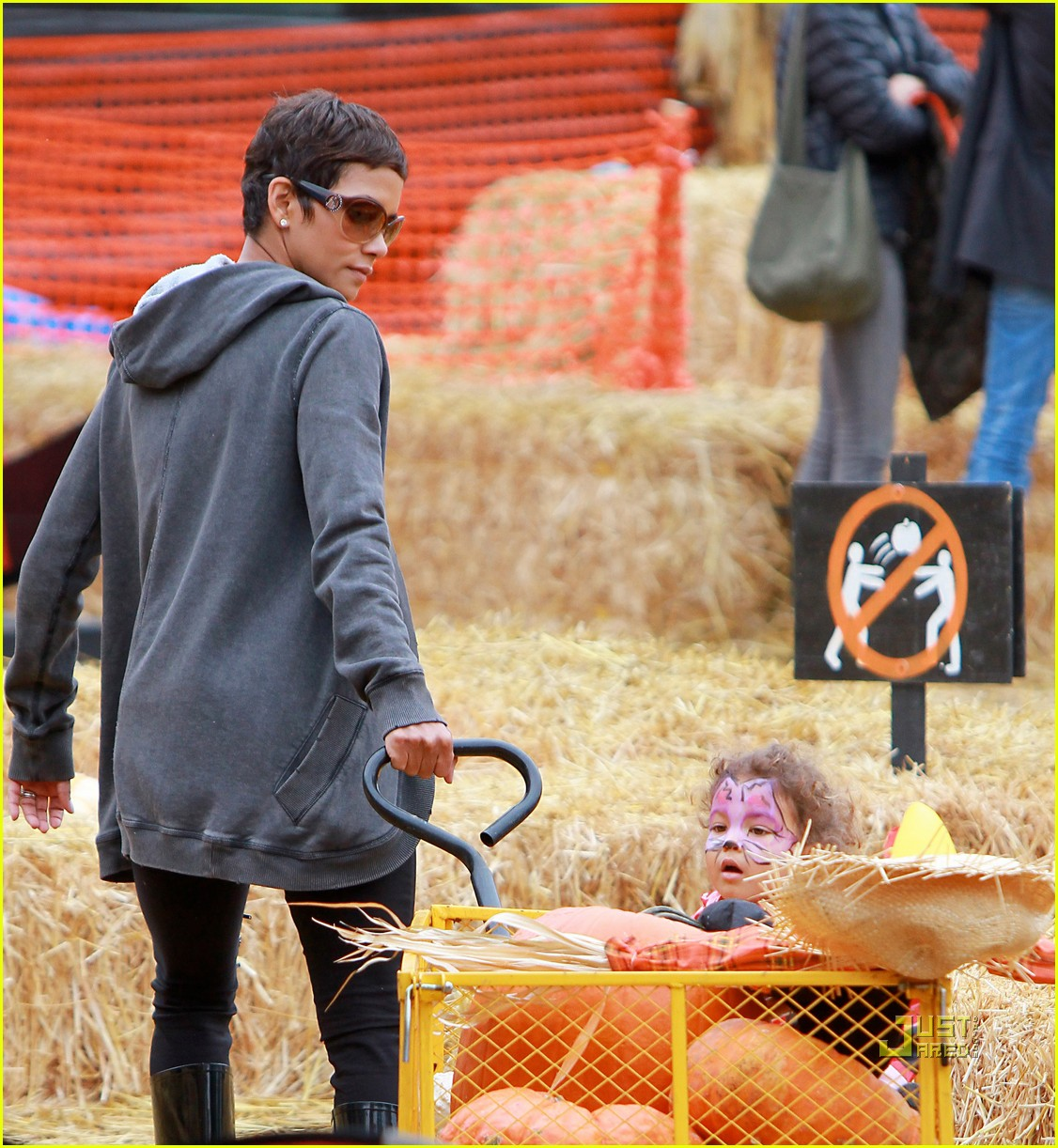 halle berry nahla pumpkin patch 01