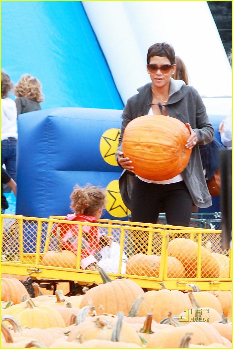 halle berry nahla pumpkin patch 04