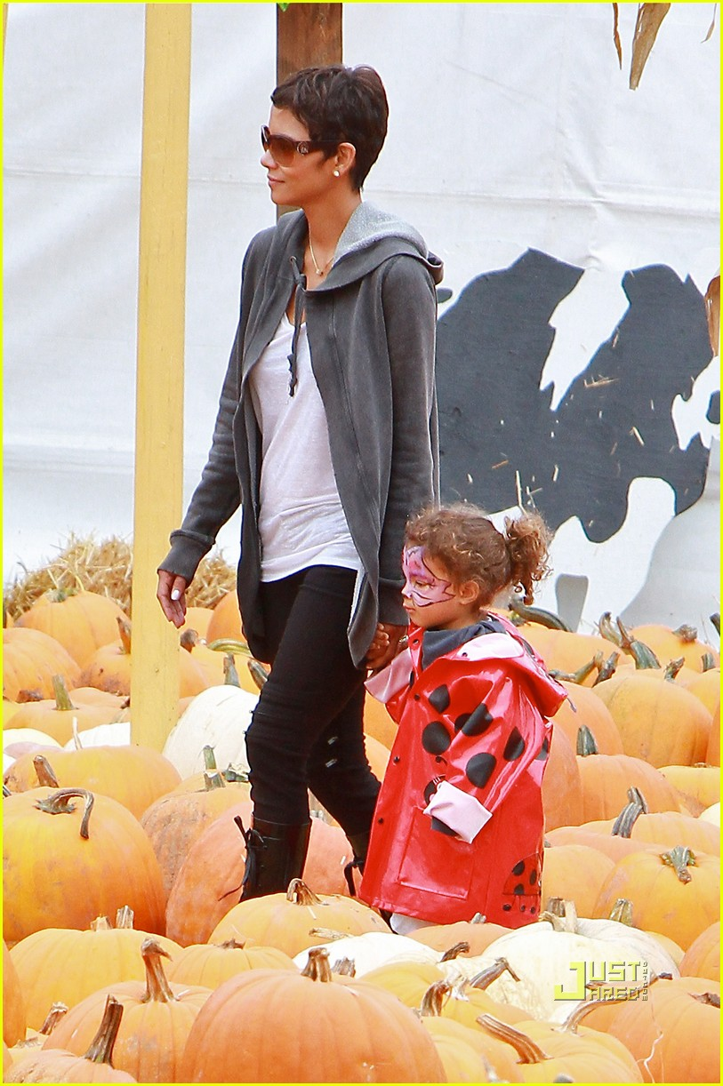 halle berry nahla pumpkin patch 112489227