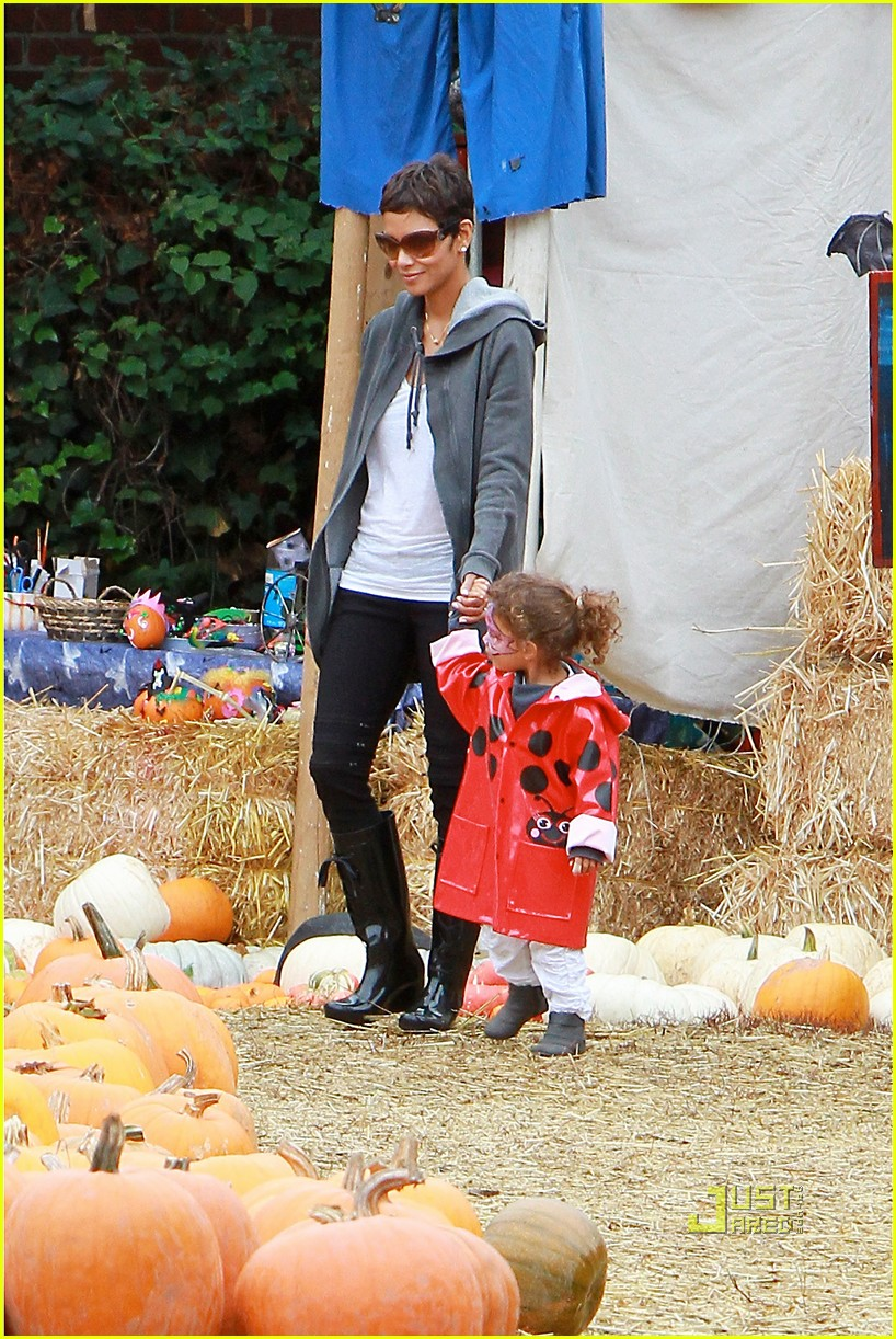 halle berry nahla pumpkin patch 12