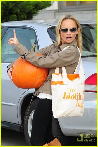 kristin chenoweth petite pumpkin picker 01