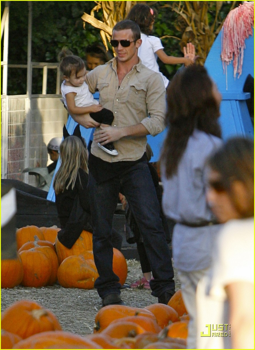 cam gigandet visits a pumpkin patch 08