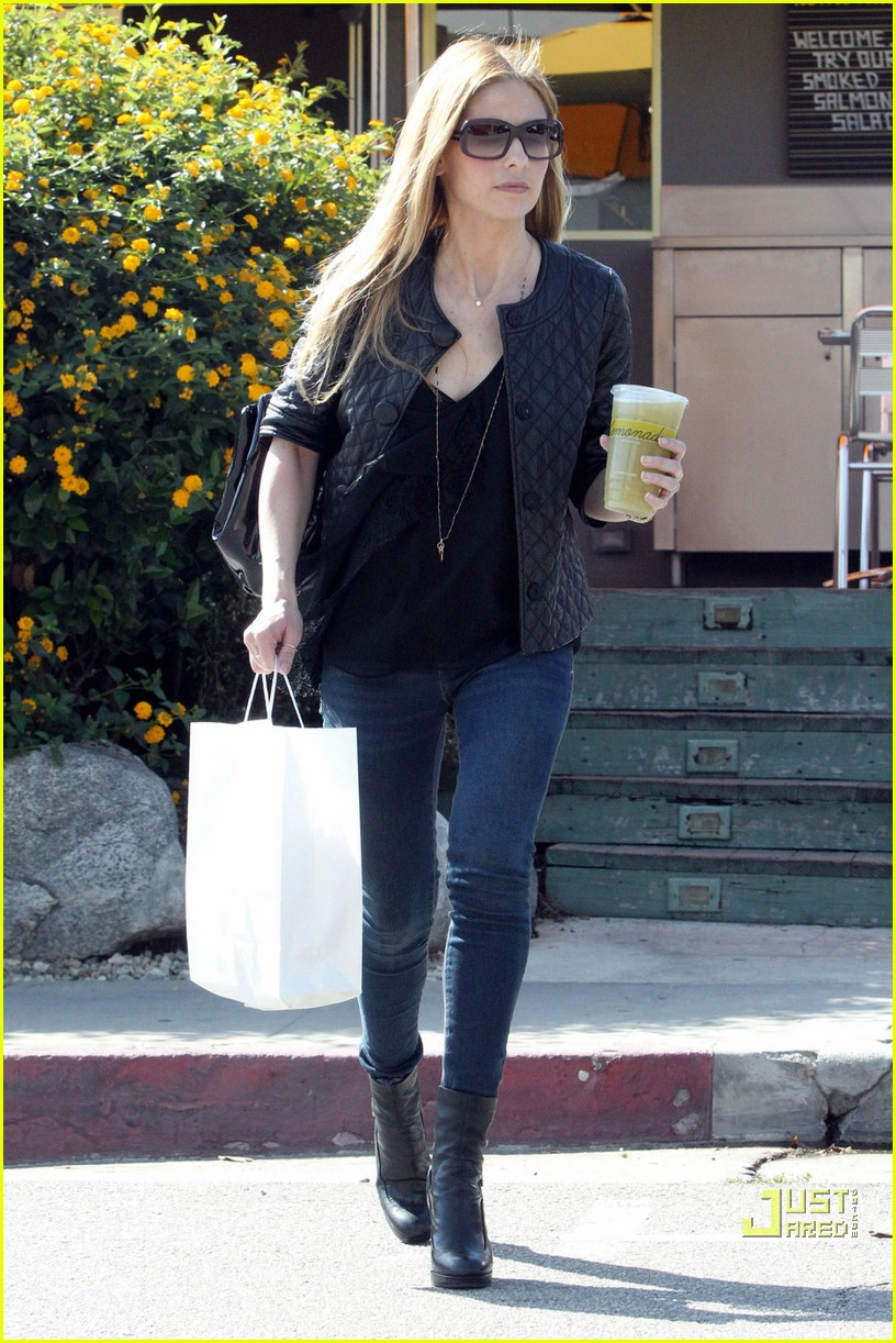 sarah michelle gellar lemonade lady 062486115