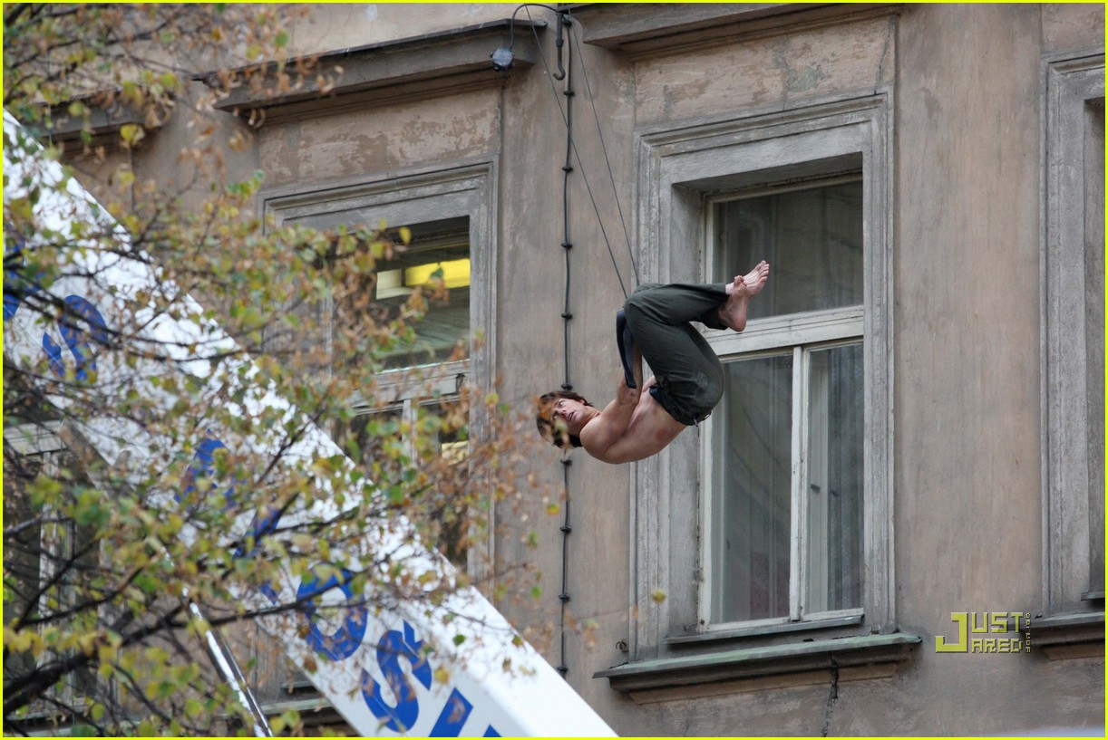 tom cruise shirtless mission impossible 4 02