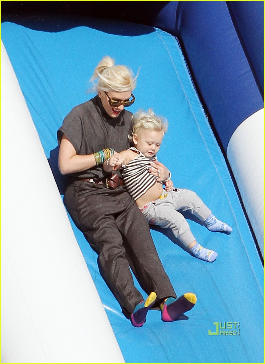 gwen stefani pumpkin patch playtime with zuma and kingston 032490640