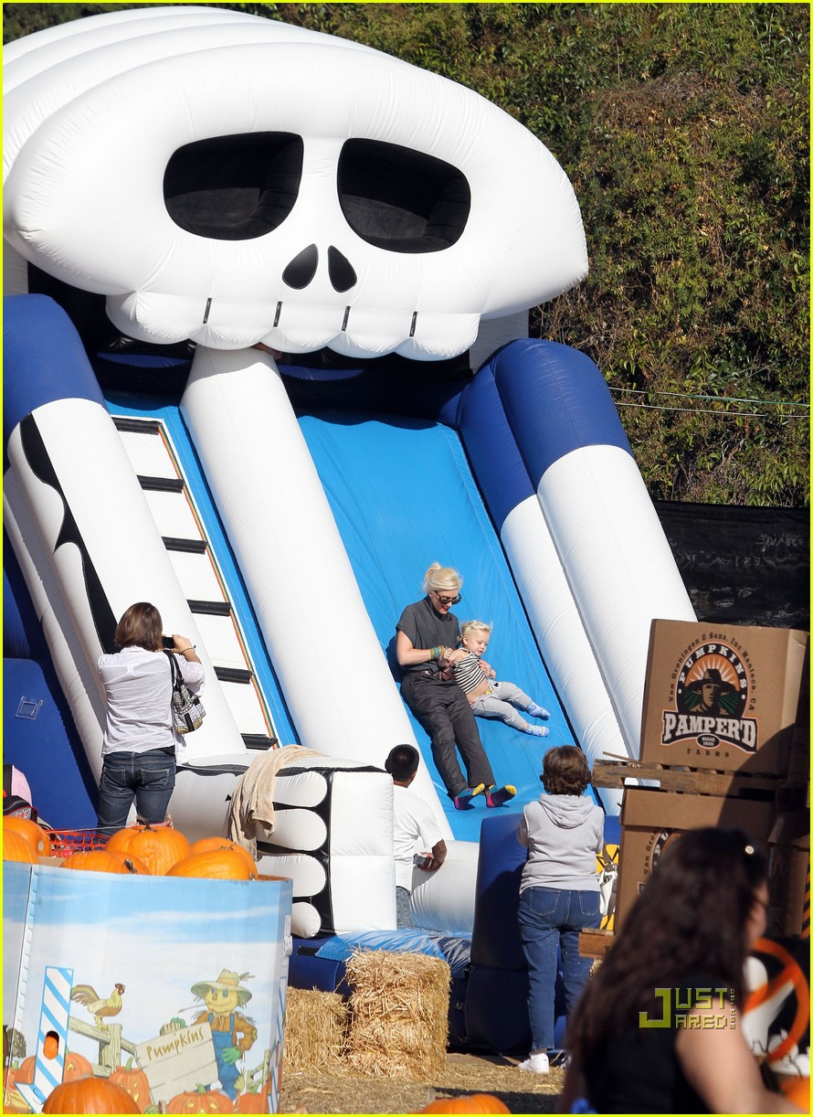 gwen stefani pumpkin patch playtime with zuma and kingston 082490645