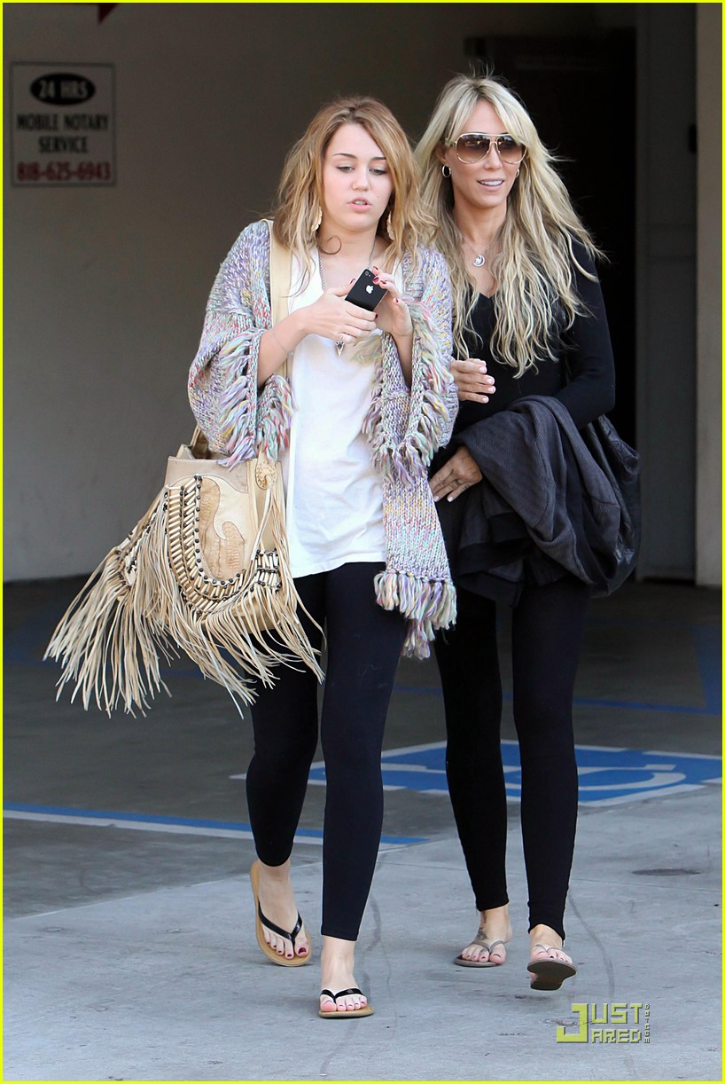 miley cyrus pampered mom 102499286