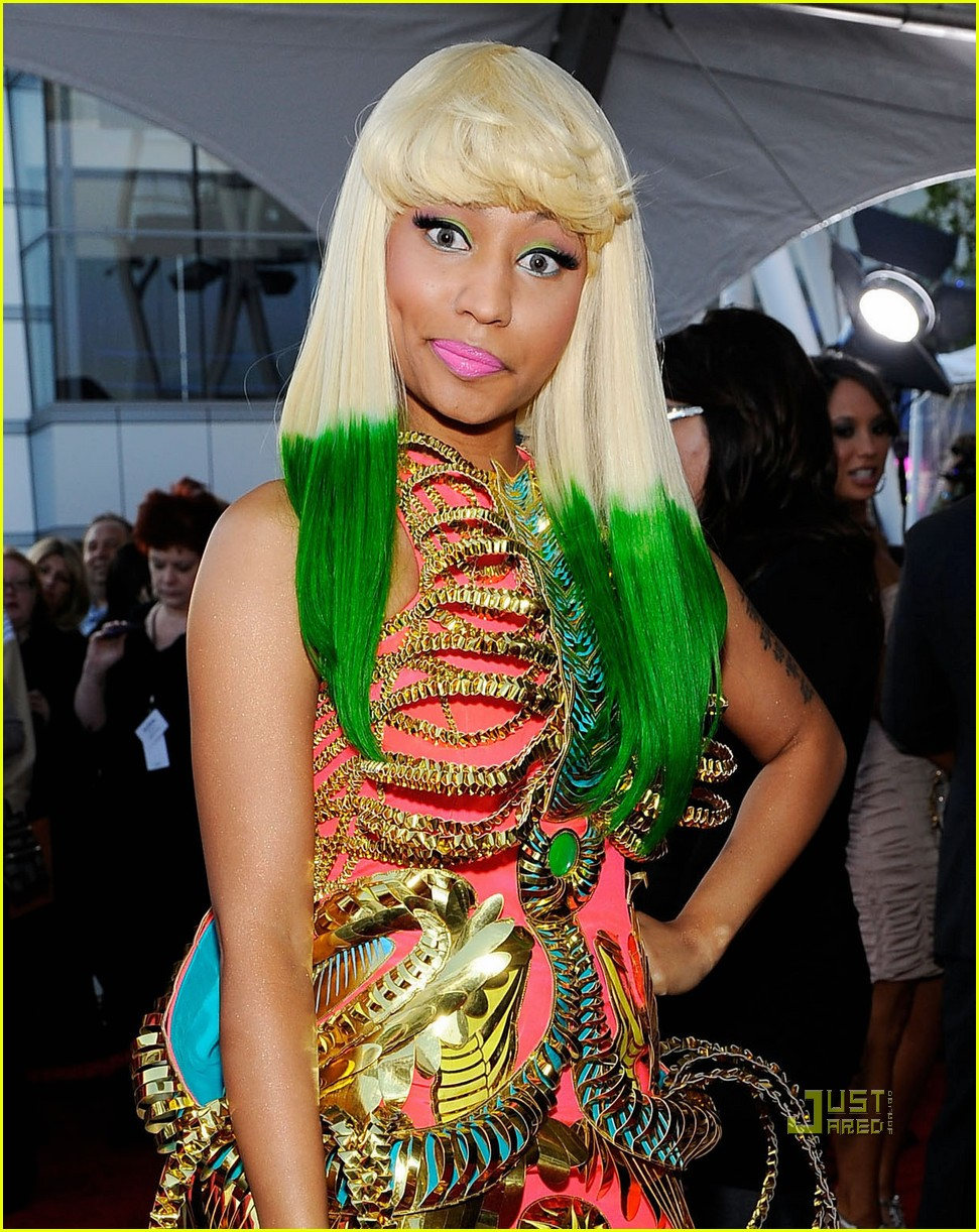 nicki minaj amas red carpet 2010 01