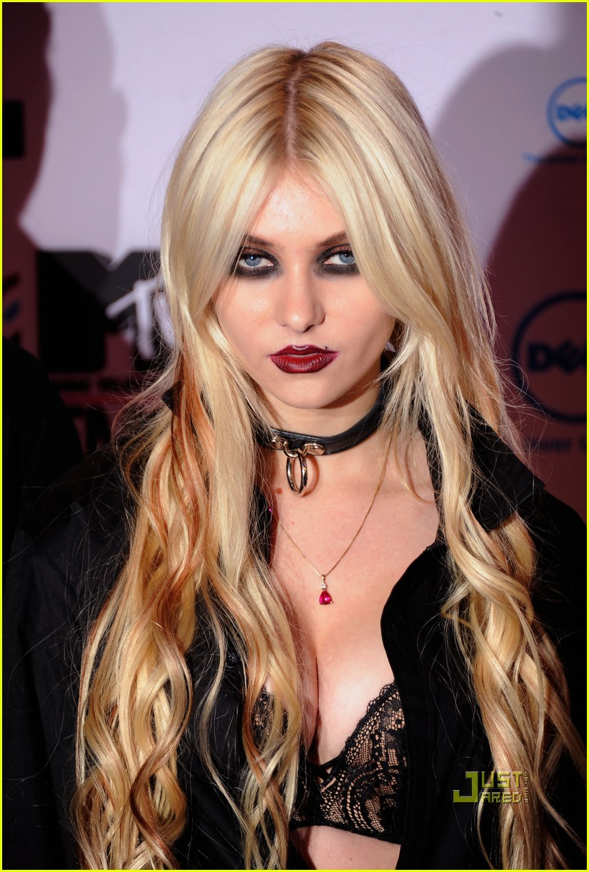 taylor momsen mtv emas 2010 red carpet 04