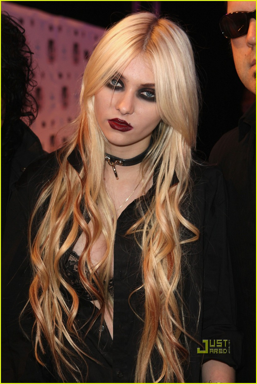 taylor momsen mtv emas 2010 red carpet 06
