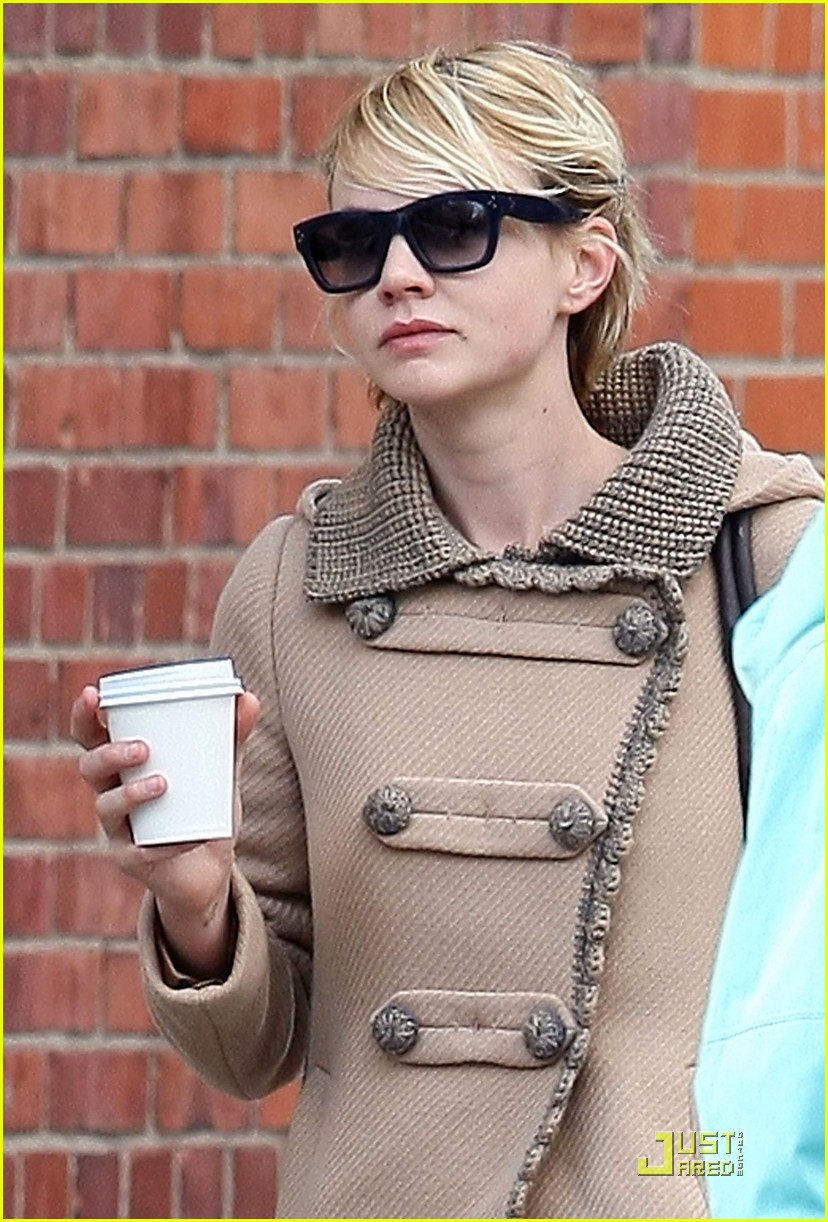 carey mulligan hangs out with a mystery male 05
