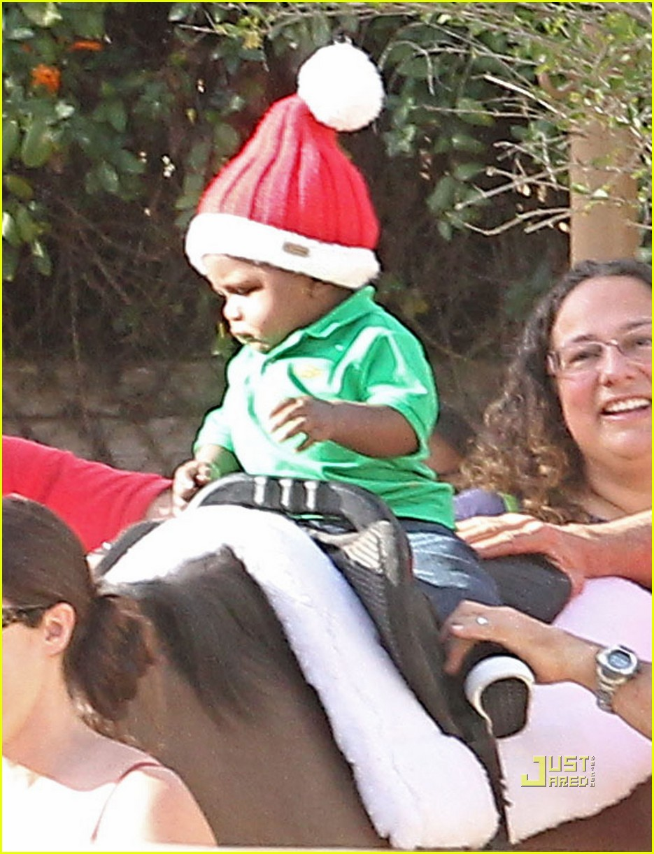 sandra bullock louis christmas party 03