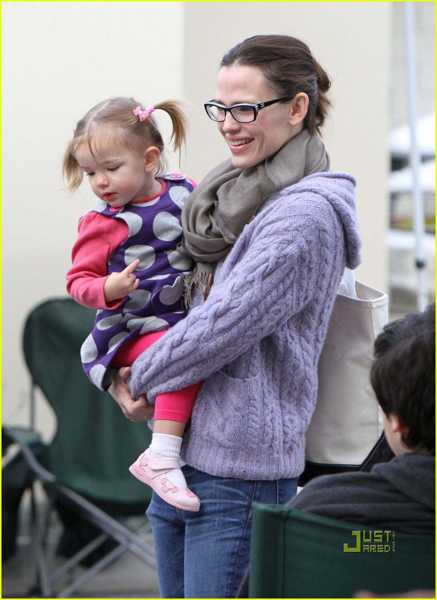 jennifer garner piggyback ride for violet 03