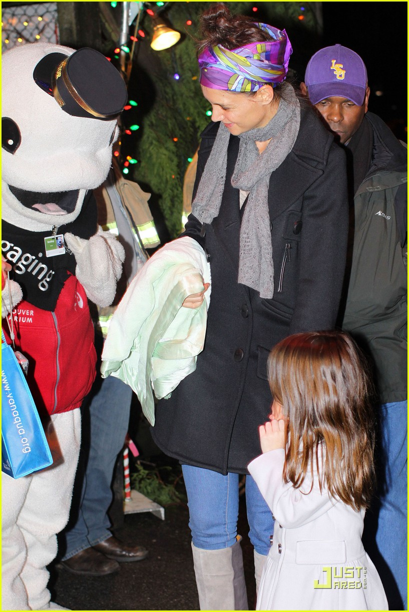 katie holmes suri cruise christmas train twosome 01