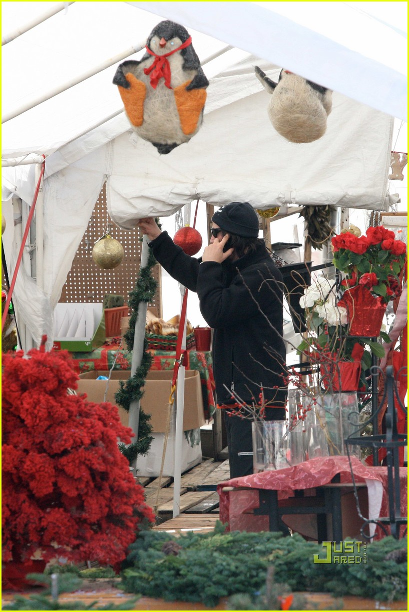 keanu reeves christmas tree shopping 04