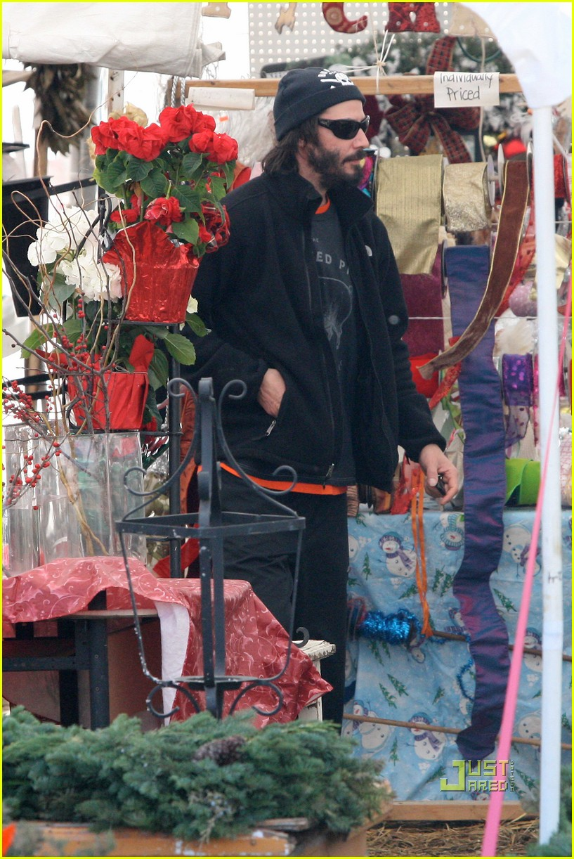 keanu reeves christmas tree shopping 052506374