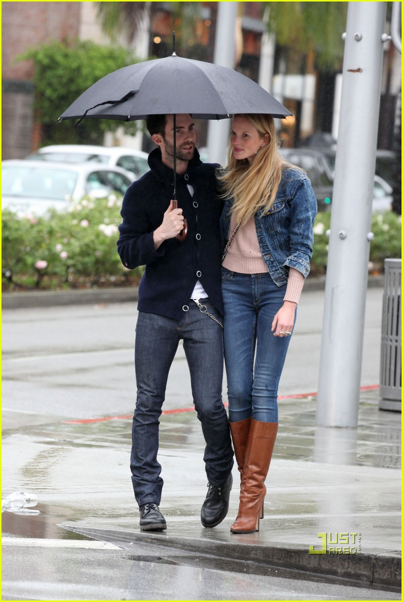 adam levine anne vyalitsyna kiss umbrella 03