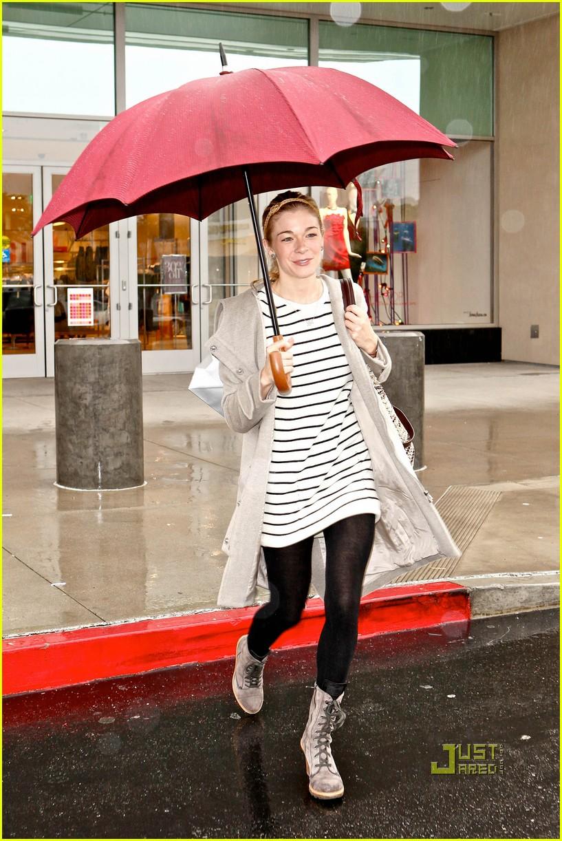 leann rimes umbrella mall 01