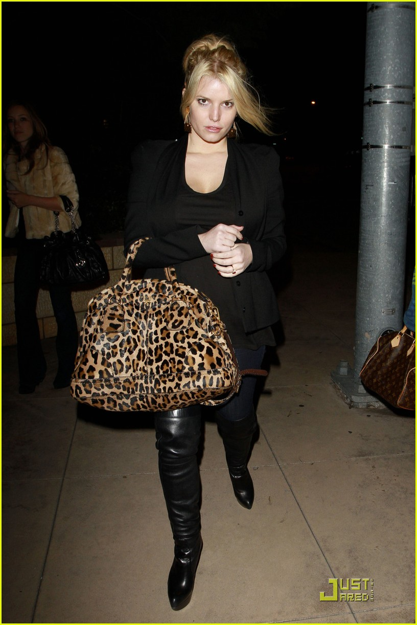 jessica simpson dinner at a steakhouse 01