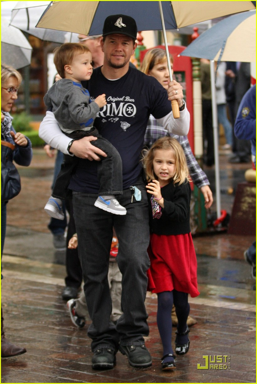 mark wahlberg holiday family fun 022506133