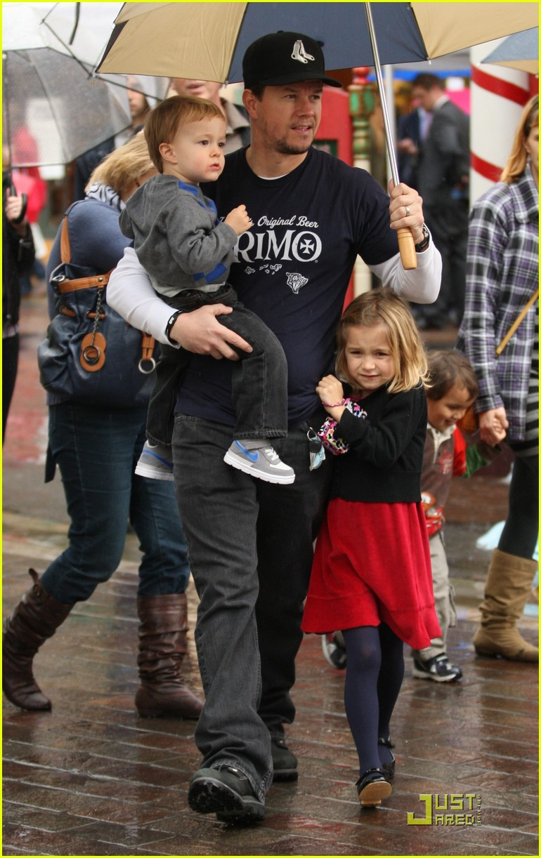 mark wahlberg holiday family fun 032506134