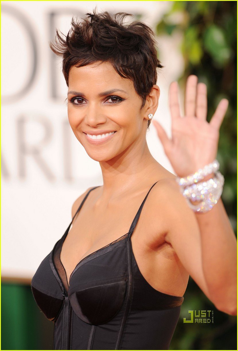 halle berry 2011 golden globes red carpet 01