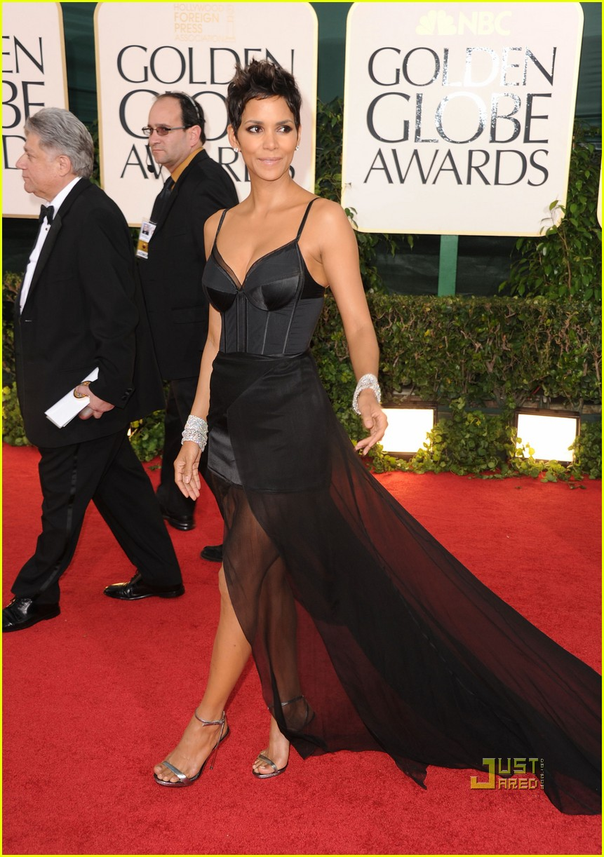 halle berry 2011 golden globes red carpet 02