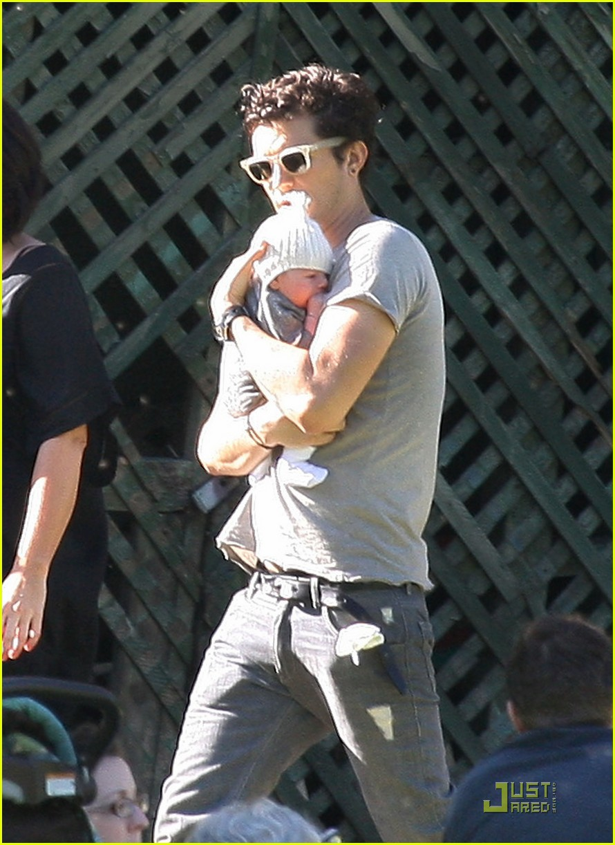 orlando bloom walk in the park with flynn 05