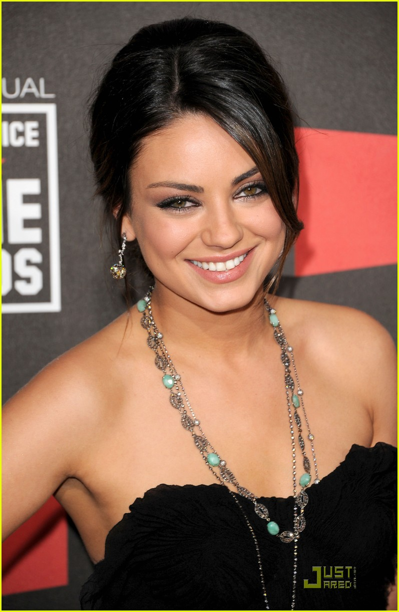 mila kunis critics choice 01